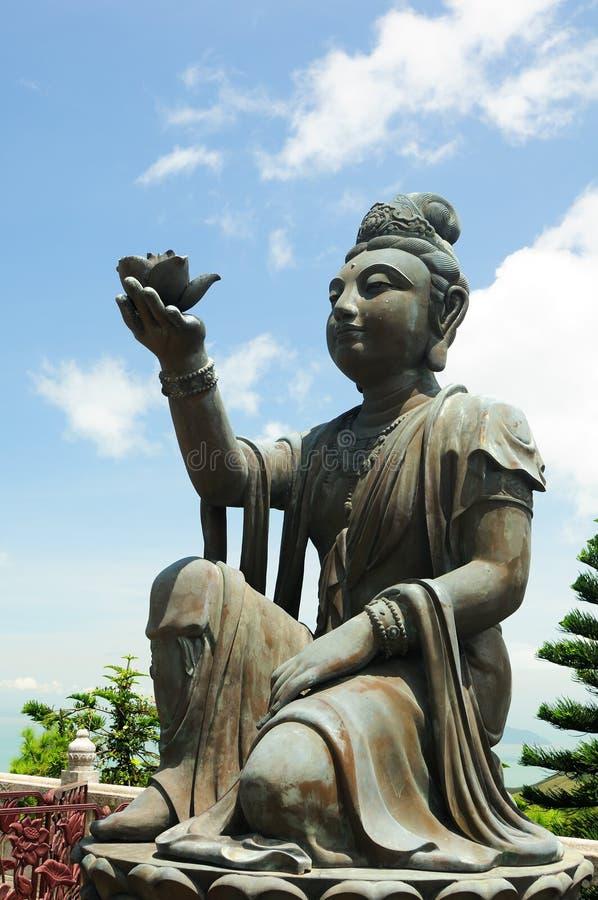 Anbietendes zum riesigen Buddha stockfoto