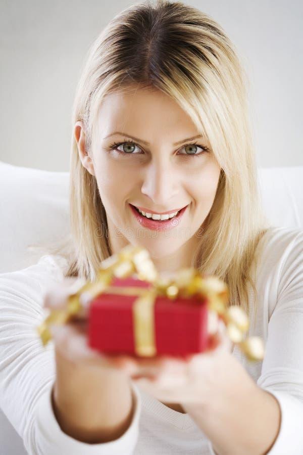 Anbietengeschenk der Frau stockbild