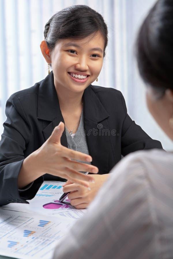 Anbietenhändedruck der chinesischen Geschäftsfrau lizenzfreies stockfoto