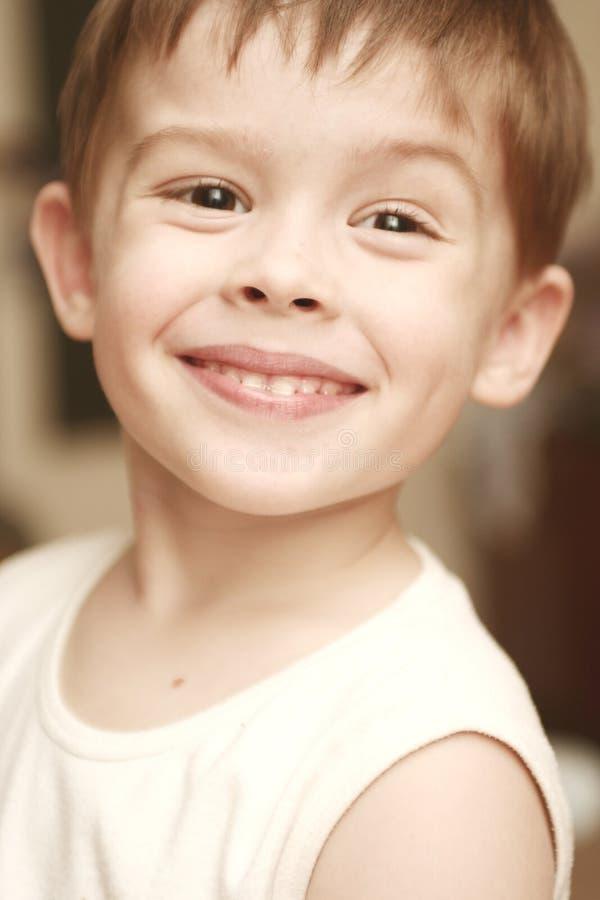 Anblick des glücklichen Jungen stockfotos