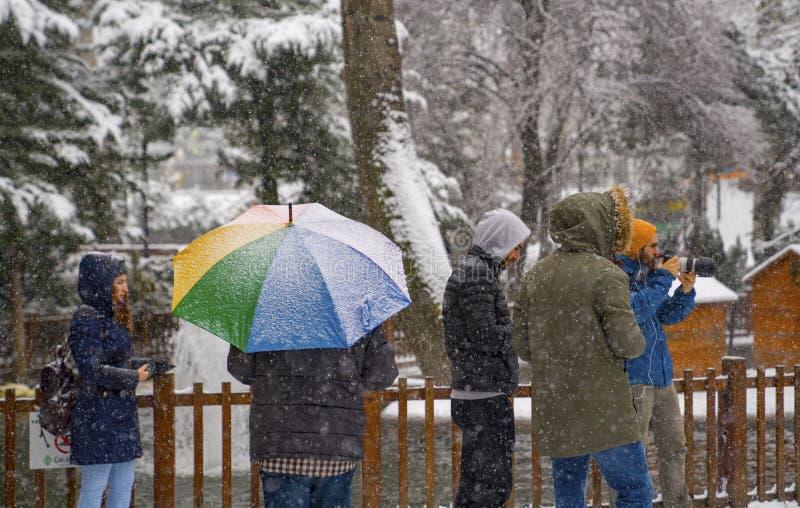 Ancara/Turquia 6 de dezembro de 2019: Os povos apreciam nevar e tomar a foto no parque de Kugulu imagens de stock