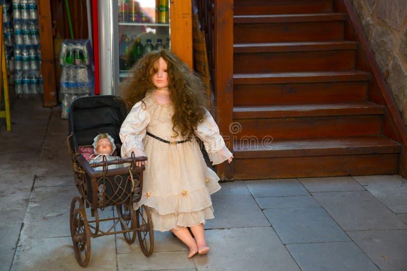 Ancara, Turquia: Venda das bonecas e dos carrinhos de criança Um mercado turco tradicional, um mercado da rua foto de stock royalty free
