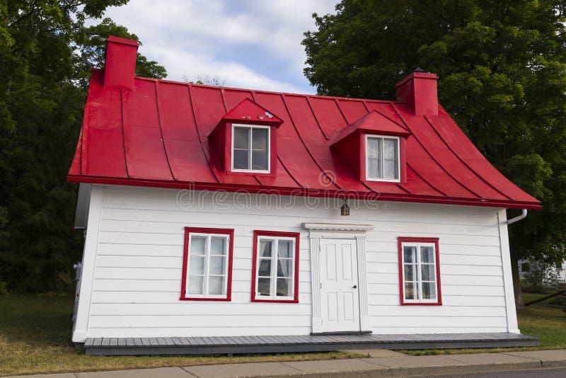 Ancestralny dom z czerwieni cyny dachem w Jean, wyspa Orleans, Quebec zdjęcie royalty free