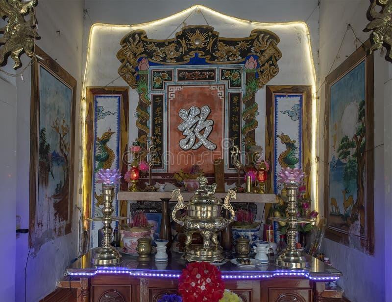 Ancestralny ołtarz w domu mayor Phong Nam, tradycyjna ryżowa uprawia ziemię wioska w Wietnam zdjęcie stock