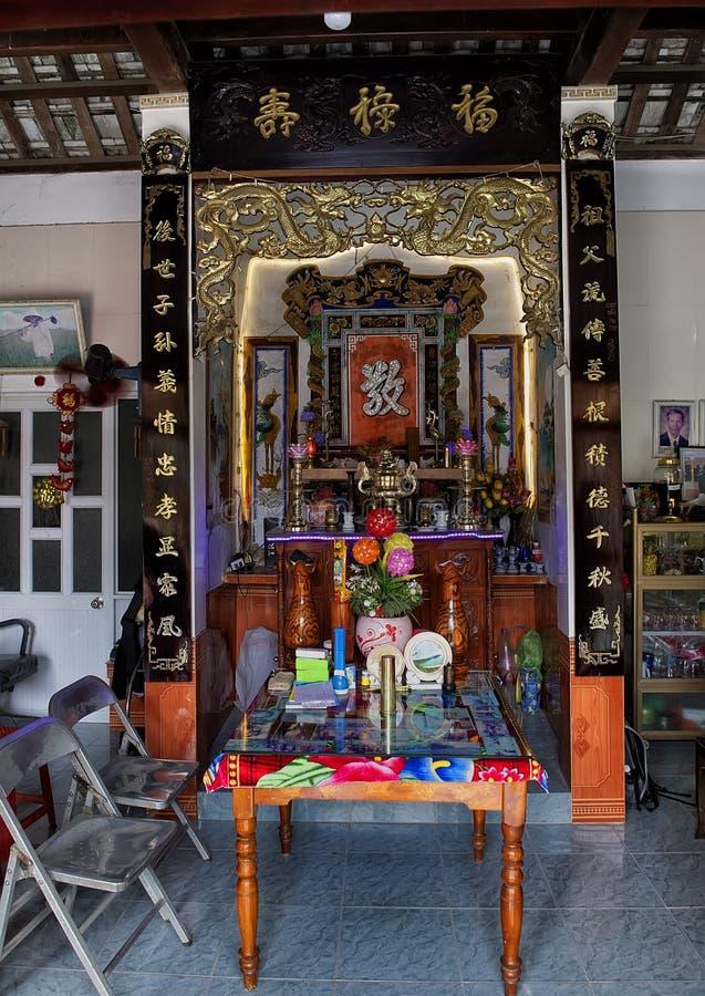 Ancestralny ołtarz w domu mayor Phong Nam, tradycyjna ryżowa uprawia ziemię wioska w Wietnam zdjęcia stock