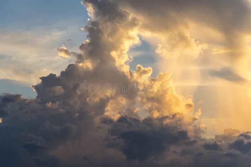 Anche il cielo con drammatico si rannuvola il mare con cloudscape scolpito 3D immagine stock libera da diritti