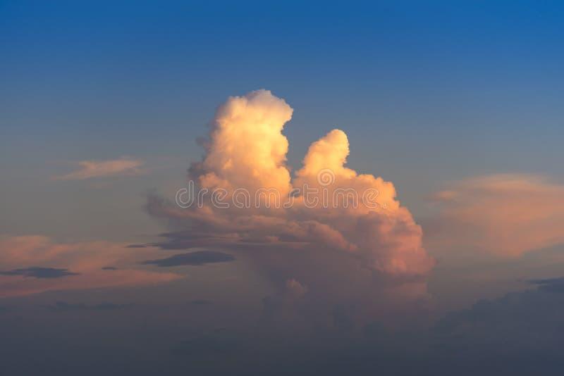 Anche il cielo con drammatico si rannuvola il mare con cloudscape scolpito 3D fotografie stock libere da diritti