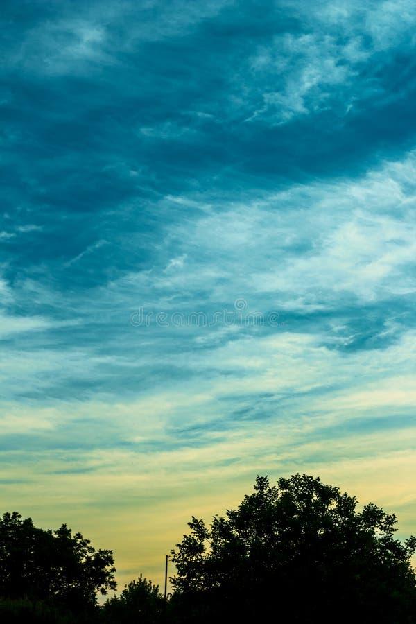 Anche paesaggio con i cieli di contrapposizione di tramonto fotografia stock
