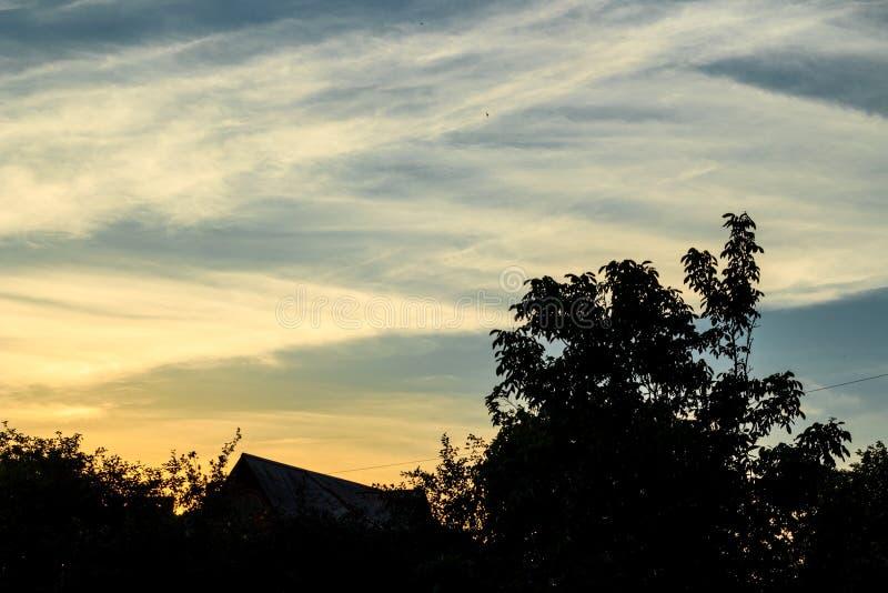 Anche paesaggio con i cieli di contrapposizione di tramonto immagini stock
