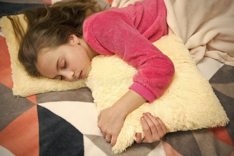Anche rilassamento prima di sonno Concetto di puericultura Rilassamento piacevole di tempo Salute mentale e positivit? Libero gui fotografia stock