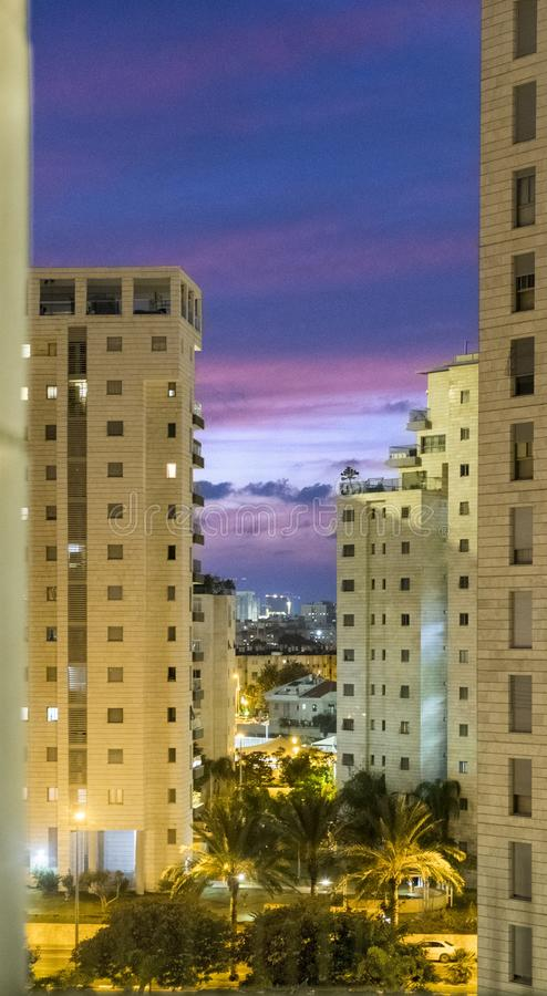 Anche tramonto in una grande città moderna con le case alte fotografia stock libera da diritti