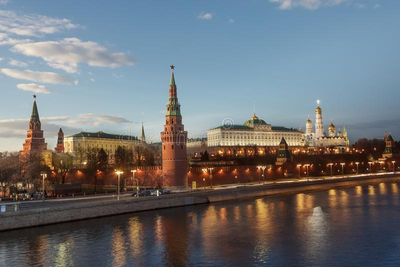 Anche vista dell'argine di Cremlino e del fiume di Mosca alla sera immagine stock libera da diritti