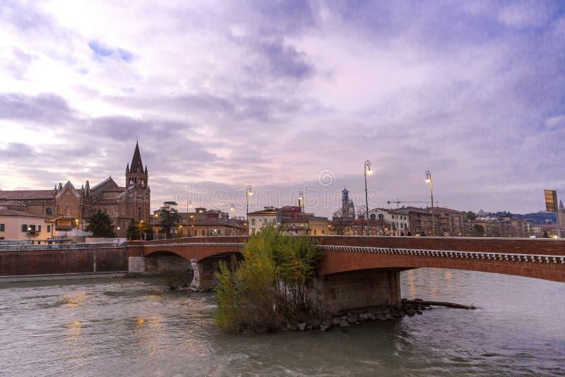 Anche vista di Verona Autunno a Verona, Italia Paesaggio con il fiume di Adige e Ponte di Pietra Punto di riferimento famoso di V fotografia stock libera da diritti