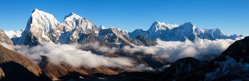 Anche vista panoramica da Gokyo Ri, l'Himalaya immagini stock