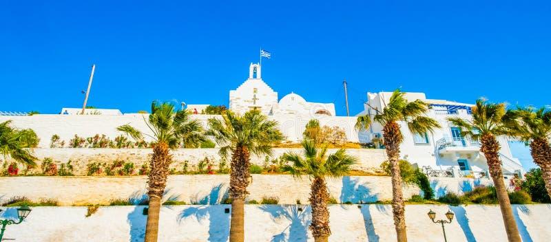 anchient希腊教会和高度棕榈树全景底视图在它前面在希腊街道上 免版税库存图片