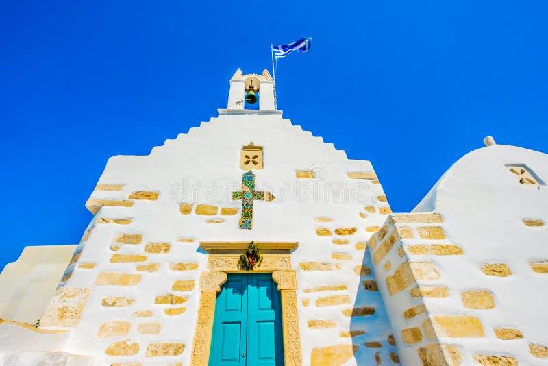 anchient白色希腊教会底视图在希腊街道上的 库存照片