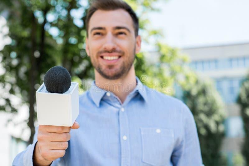 anchorman παίρνοντας συνέντευξη χαμόγελου στοκ εικόνες