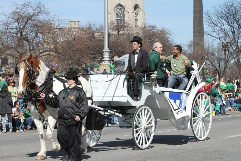 Anchormen del canale di ABC di RTV 6 che accolgono la gente alla parata del giorno di St Patrick annuale fotografie stock libere da diritti