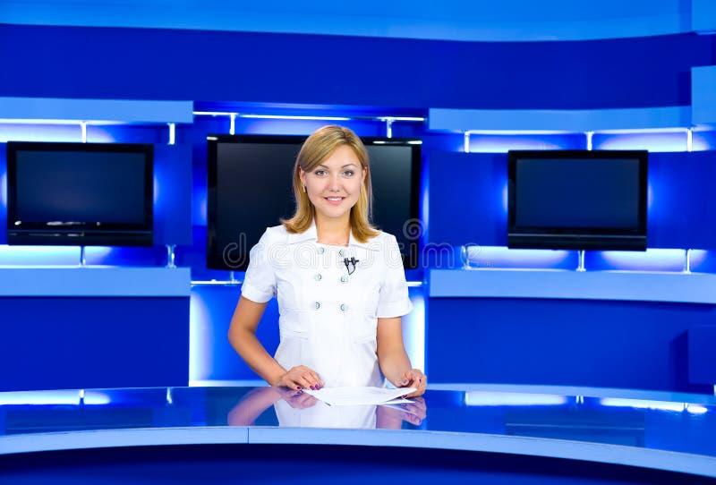 Anchorwoman de la televisión en el estudio de la TV fotos de archivo