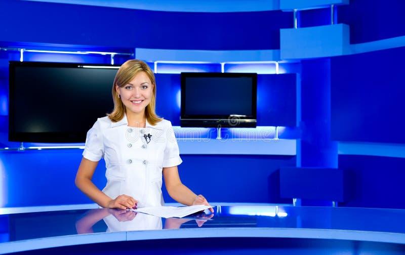 Anchorwoman de la televisión en el estudio de la TV foto de archivo libre de regalías