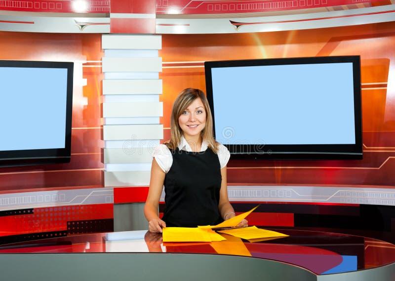 Anchorwoman de la televisión en el estudio de la TV fotos de archivo libres de regalías