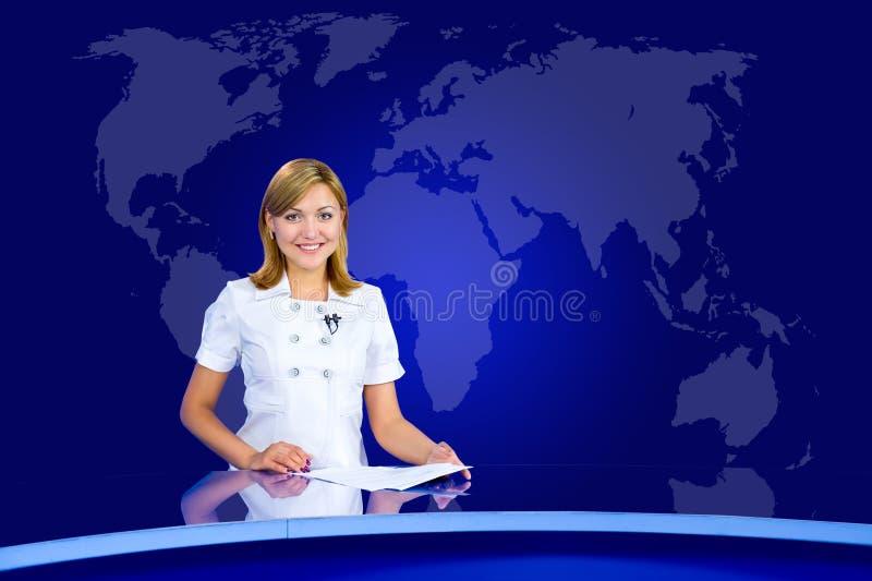 Anchorwoman sorridente allo studio della TV fotografia stock
