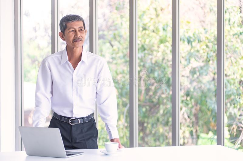 Ancião asiático do negócio na sala de reunião no escritório foto de stock royalty free