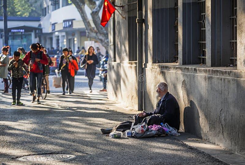 ancião Branco-farpado que implora em Xinjiekou do centro imagens de stock royalty free