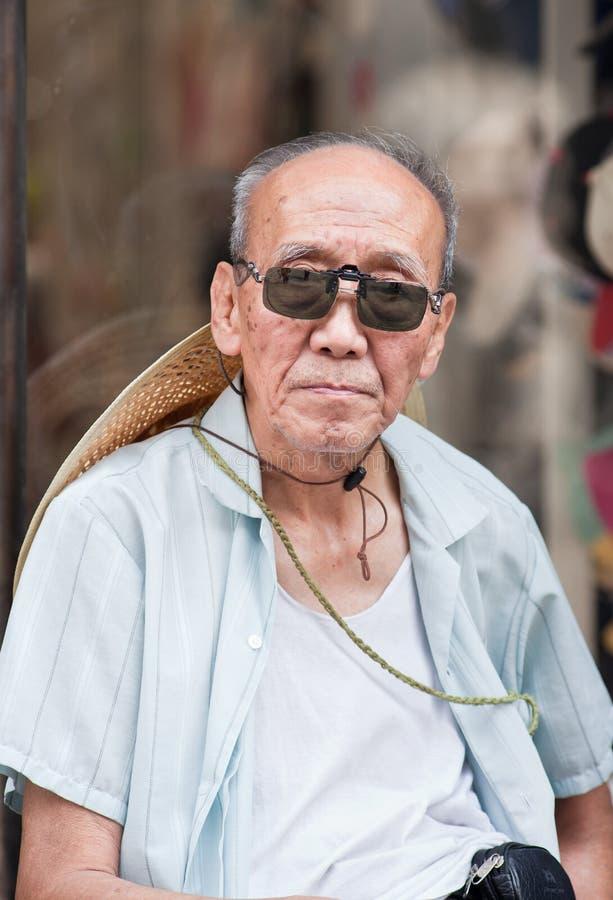 Ancião com óculos de sol e um chapéu, beijing, China fotos de stock royalty free