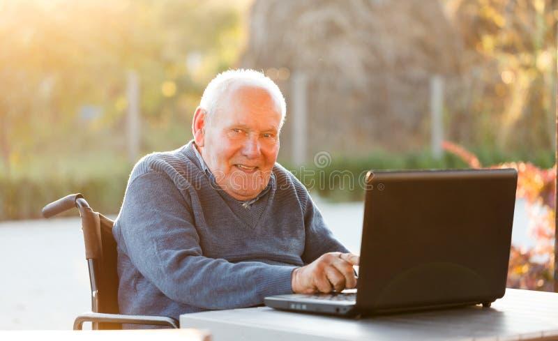 Ancião com portátil imagens de stock