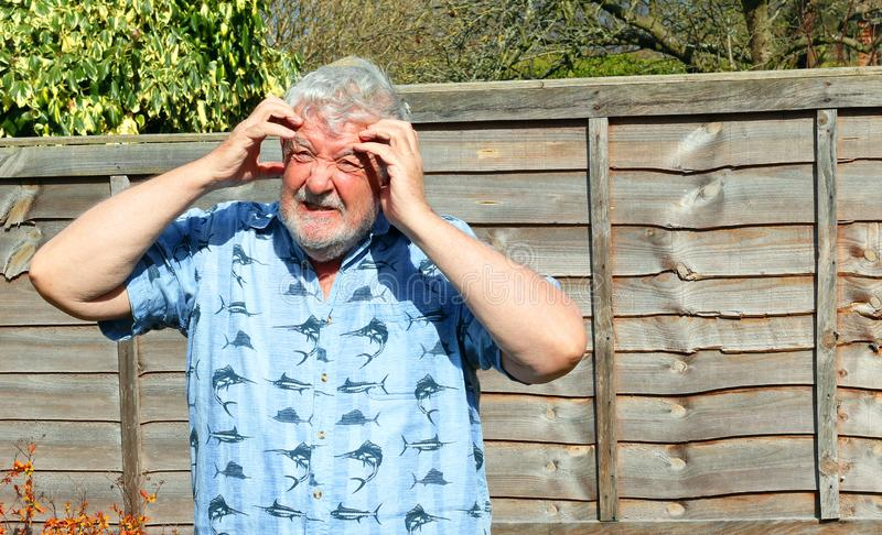 Ancião confuso Mãos a sua cabeça imagem de stock