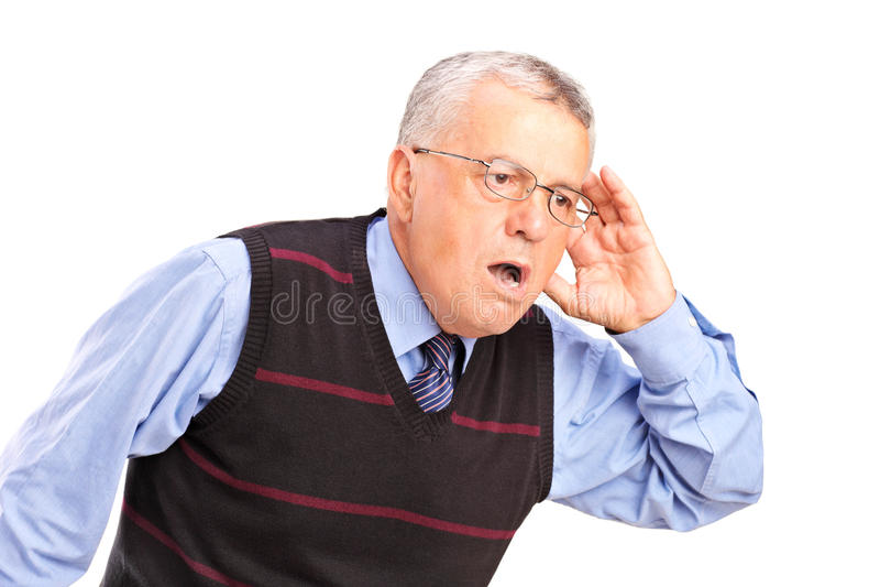 Ancião curioso que escuta algo fotos de stock