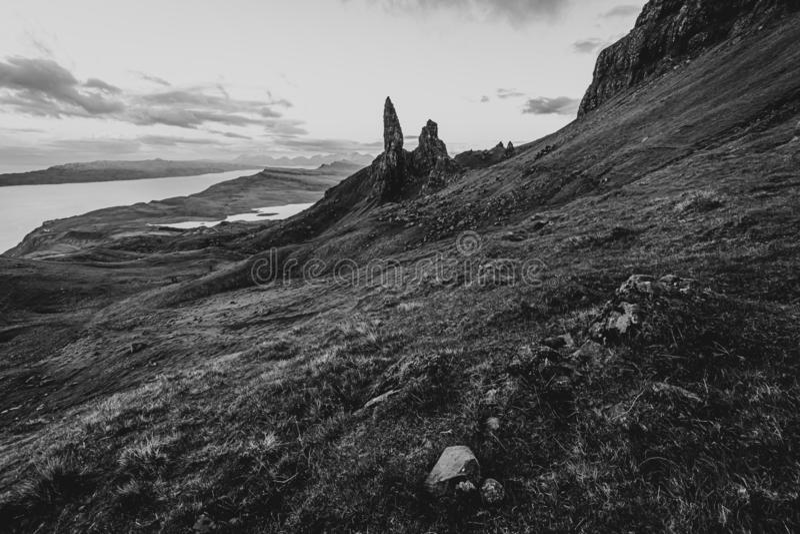 Ancião da imagem preto e branco da paisagem de Storr Marco famoso na ilha de Skye, Esc?cia foto de stock