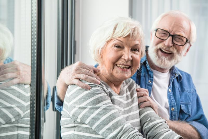 Ancião feliz e mulher que estouram com riso fotografia de stock royalty free