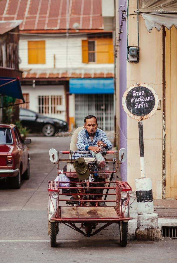 Ancião local tailandês em um side-car tradicional imagens de stock royalty free