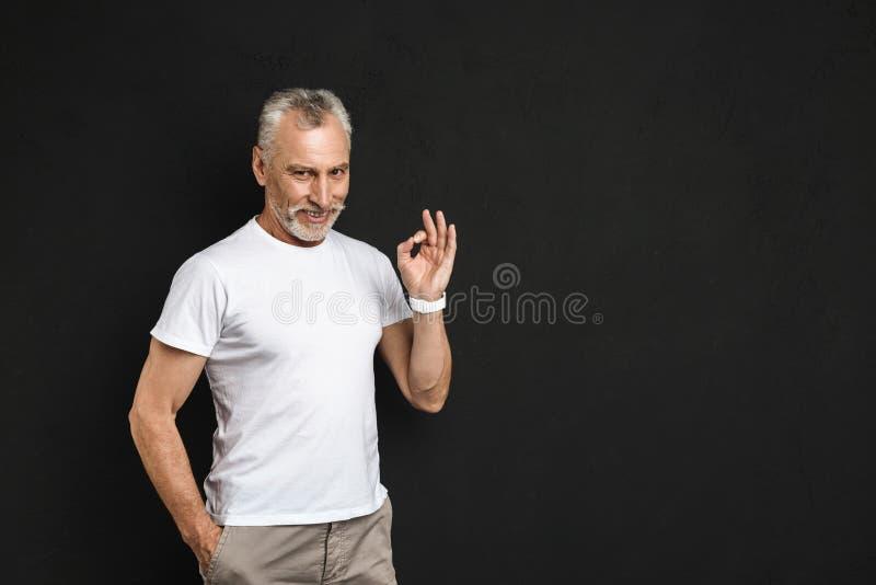 Ancião maduro alegre que mostra o gesto aprovado imagem de stock royalty free