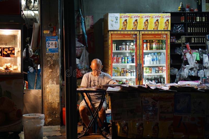 Ancião na loja do jornal fotografia de stock