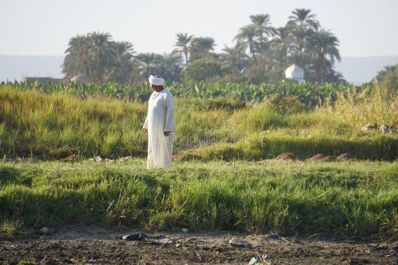 Ancião na veste branca na costa do Nilo imagem de stock royalty free