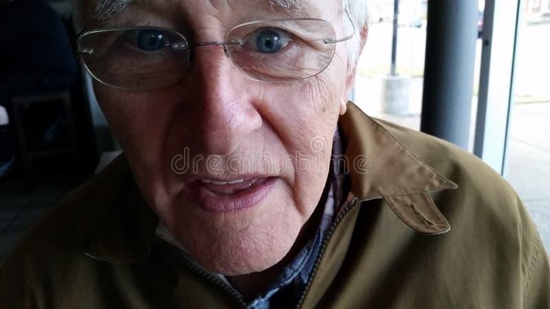 Ancião nos vidros fotos de stock royalty free