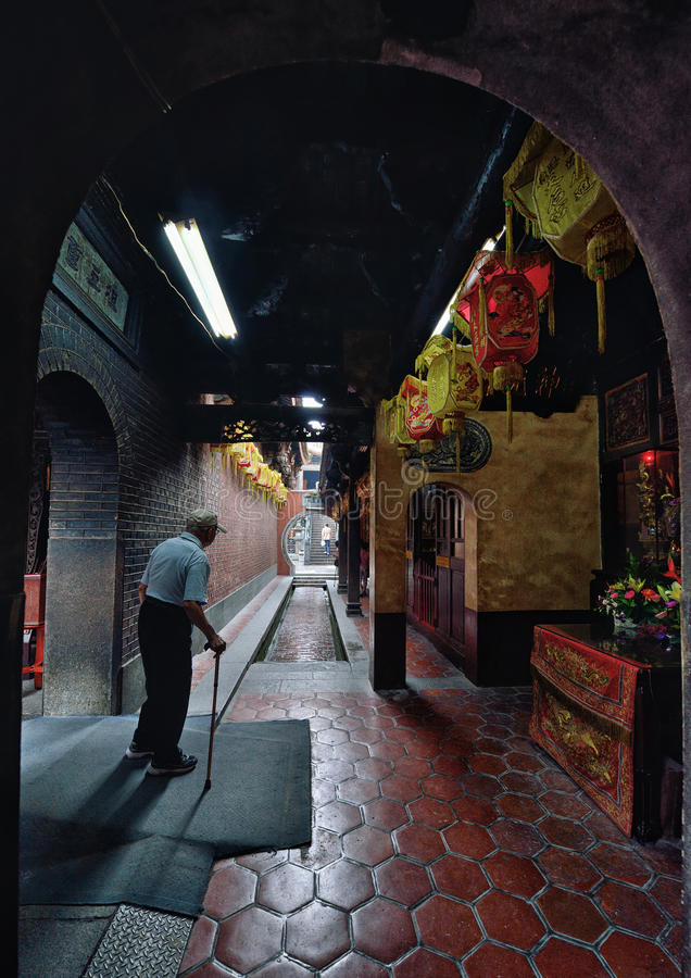 Ancião que anda no templo foto de stock royalty free