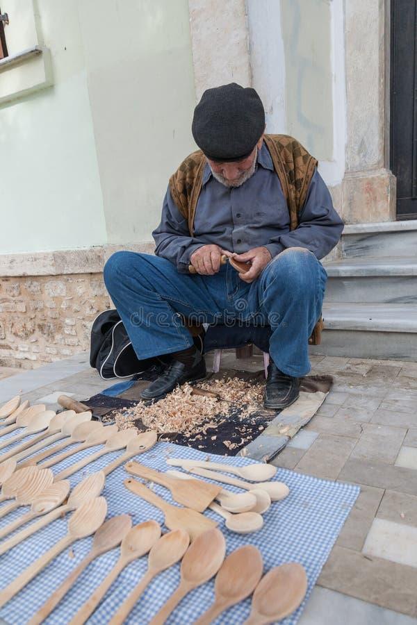 Ancião que cinzela colheres de madeira em uma rua perto da cidade velha Kaleici imagens de stock