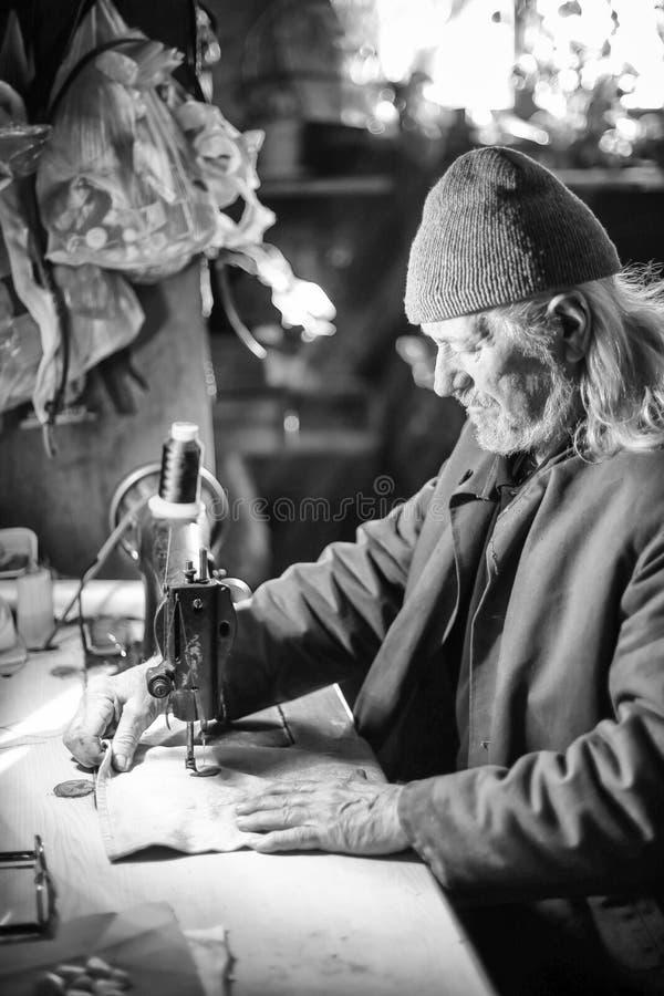 Ancião que costura o bw fotografia de stock