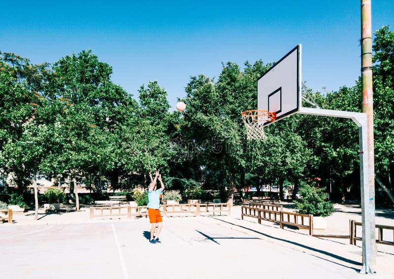 Ancião que joga a cesta em um parque público fotografia de stock royalty free