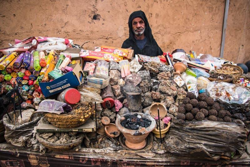 Ancião que vende o incenso na tenda de rua fotografia de stock royalty free