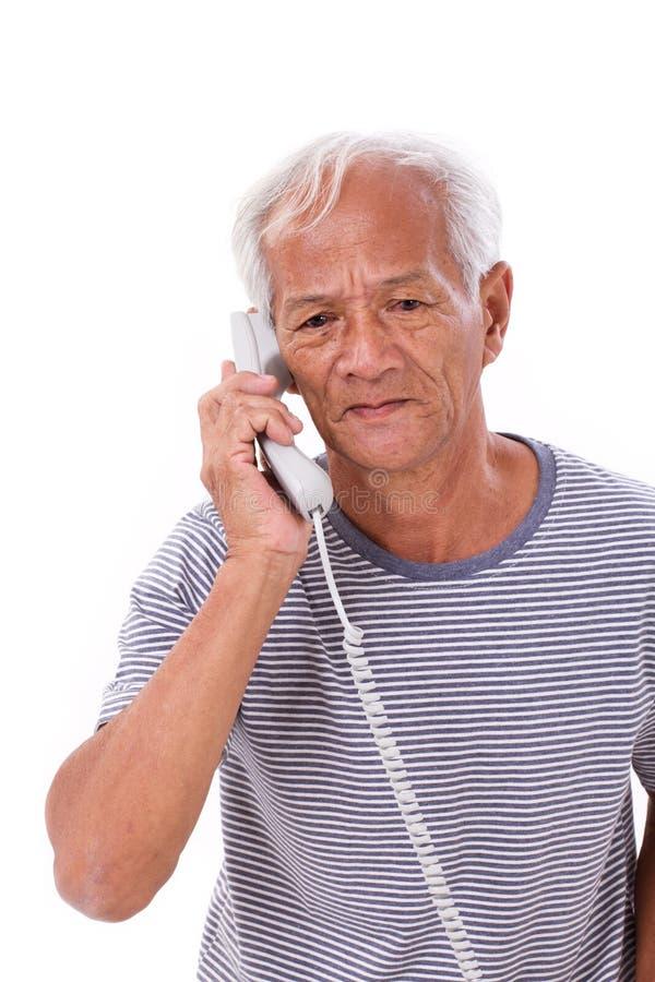 Ancião superior triste, frustrante, negativo que usa o telefone fotos de stock royalty free