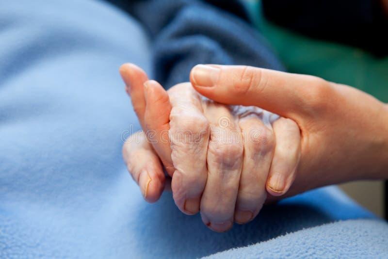 Ancianos del cuidado de la vieja mano fotografía de archivo libre de regalías