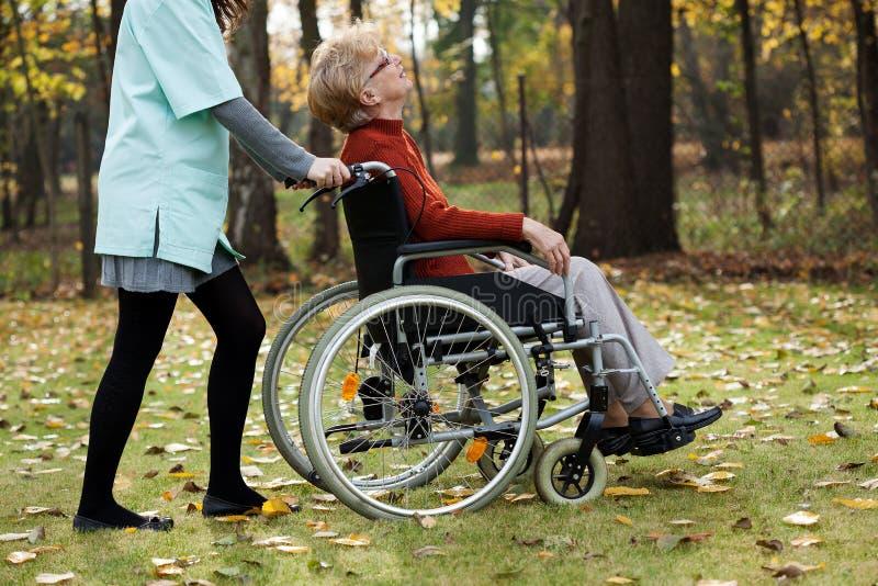 Ancianos discapacitados imagenes de archivo