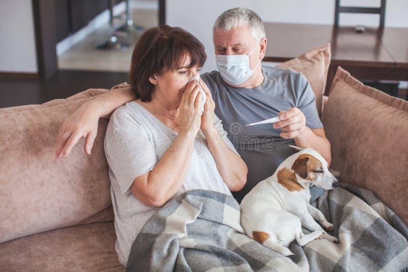 Ancianos en máscaras médicas durante el coronavirus pandémico foto de archivo