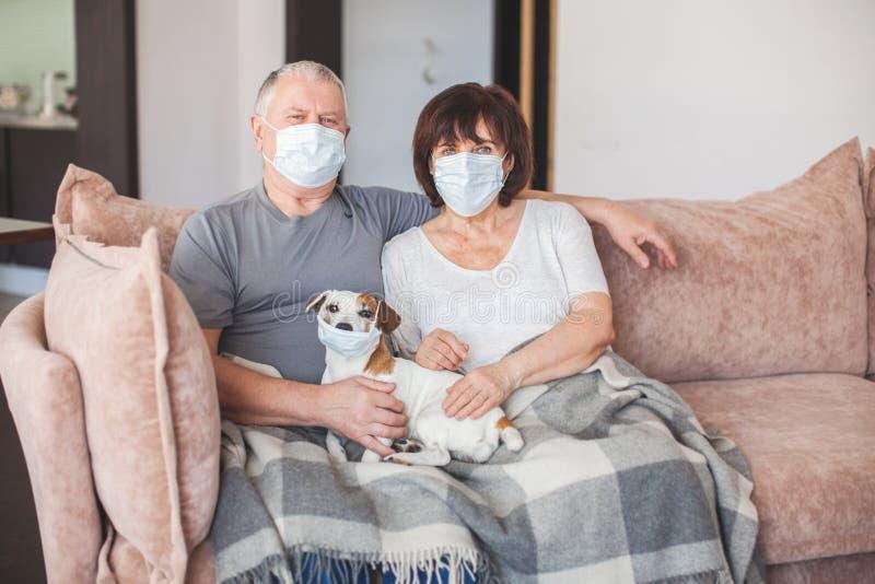 Ancianos en máscaras médicas durante el coronavirus pandémico imágenes de archivo libres de regalías