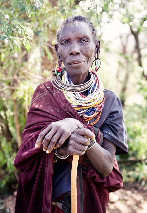 Ancianos en un pueblo en Uganda imagenes de archivo